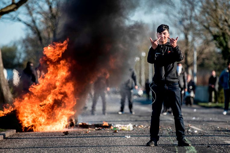In Kopenhagen ontaardden demonstraties tegen de politicus in rellen, waarbij jongeren auto's en containers in brand staken en met de politie op de vuist gingen. Beeld AFP