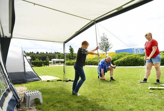 Vakantiegangers op het vakantiepark Ackersate zetten hun tent op.