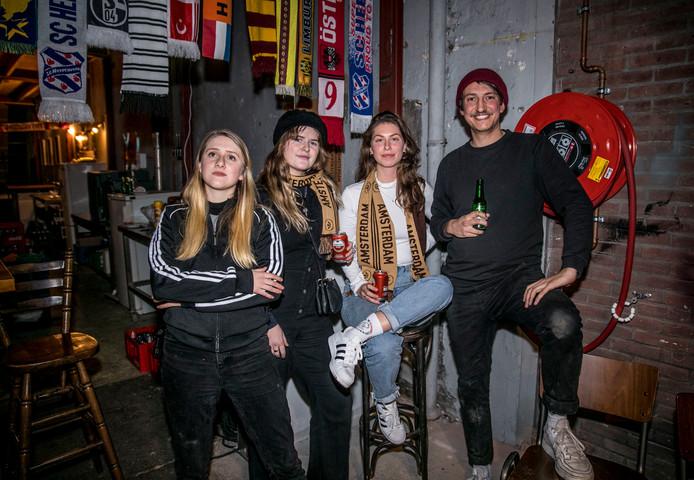 """Imogen Hayward, Zoë Brands, Eva-Luna Schulte en Koen Embregts van JamJam Creative, de organisator. """"Heb je het Adidasteam ook al?"""""""