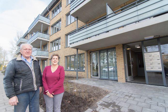 Jan Pouw en Marja voor de energiezuinige flat in De Bilt.