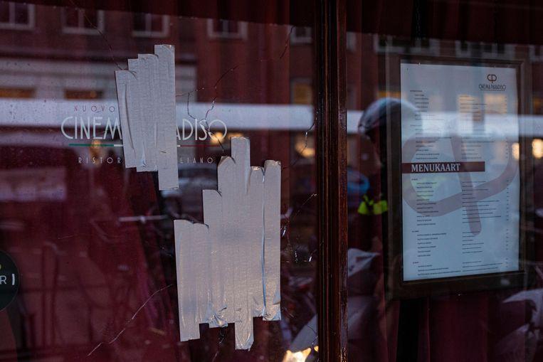 Cinema Paradiso aan de Westerstraat is beschoten. De kogelgaten zijn afgeplakt.  Beeld MAARTEN BRANTE