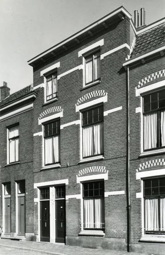 In dit beneden- en bovenhuis aan de Sint Marten 28-30 vestigde zich in 1881 het eerste Kinderziekenhuis. De foto is in 1960 gemaakt.