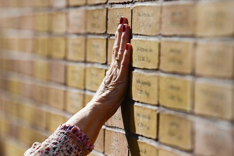 Op deze plek zijn de namen, geboortedata en leeftijden bij overlijden te vinden van ruim 102.000 Nederlandse slachtoffers van de Holocaust, zowel Joden als Sinti en Roma.  Beeld ANP