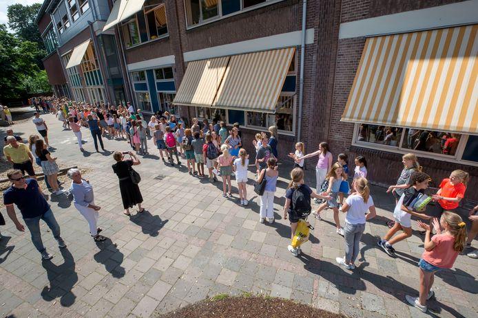 BREDA, Leerlingen van de Zandberg zwaaien groep 8 uit. Foto: Pix4Profs/Joyce van Belkom