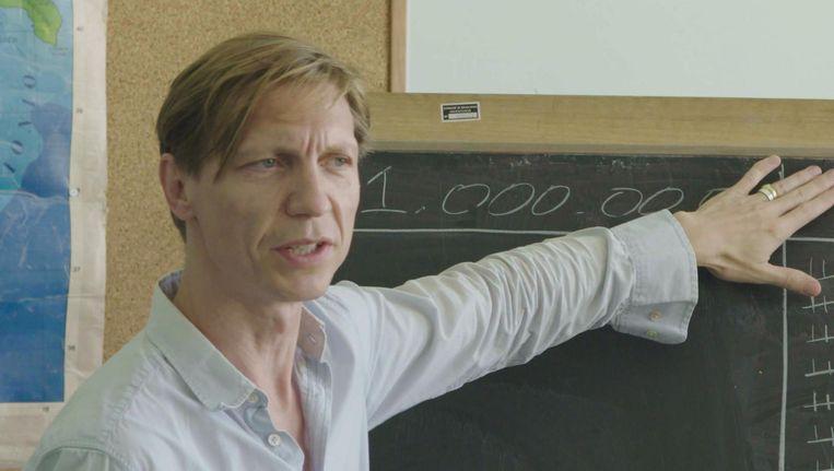 Valentijn Dhaenens als docent van vluchtelingen in Stranger in Paradise: 'Jullie kosten geld. Ons geld.' Beeld