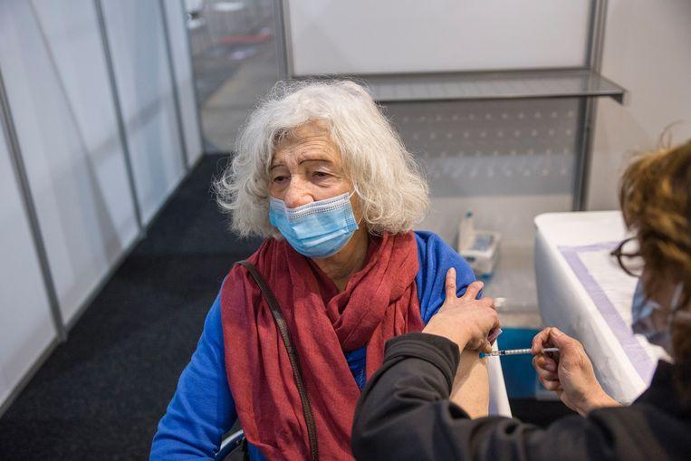 In de Jaarbeurs in Utrecht wordt gevaccineerd.  Beeld Arie Kievit