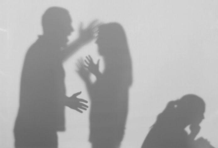 Een illustratie van huiselijk geweld.