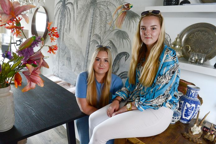 Fabienne en Valerie Valk moeten, nu hun moeder Natascha is overleden, het huis uit waar ze hun hele leven hebben gewoond.