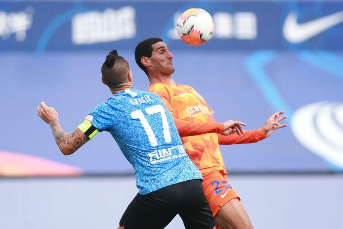 Marouane Fellaini met Shandong Luneng tegen Marek Hamsik van Dalian Pro