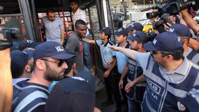 Voetballer Emenike van Fenerbahce stapt de bus uit op weg naar de rechtbank van Istanbul.