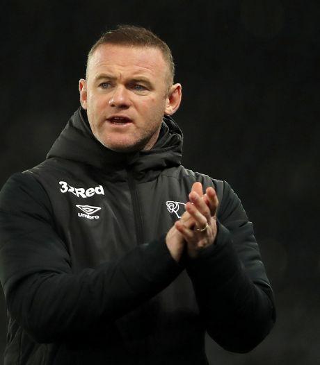 Rooney ontsnapt met Derby County aan degradatie na bizarre ontknoping, Spurs kan CL vergeten