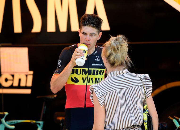 Wout van Aert voor aanvang van de tijdrit in de Tour in gesprek met zijn vrouw Sarah De Bie.