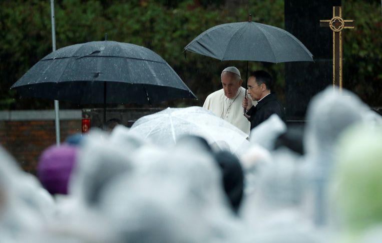 Paus Franciscus bij zijn aankomst bij het Atomic Bomb Hypocenter Park in Nagasaki. Beeld REUTERS