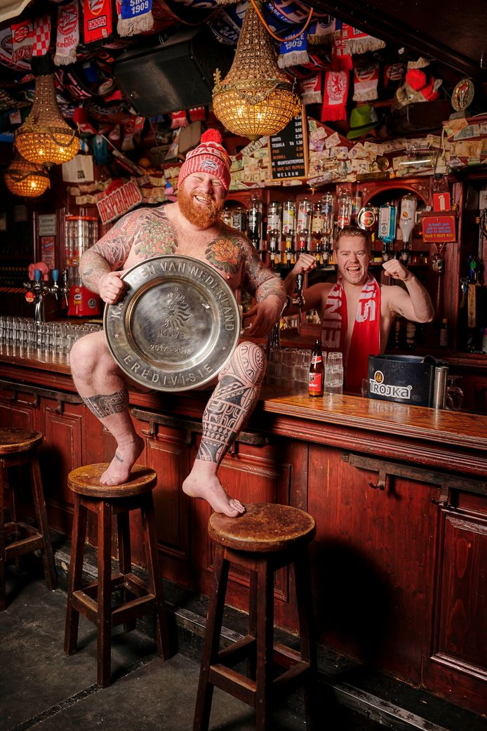 Bram Merkelbach, eigenaar van Café Sergeant Peppers trok ook zijn kleren uit voor de Stratumseind kalender. (Dat is overigens de echte Eredivisieschaal van 2018.)