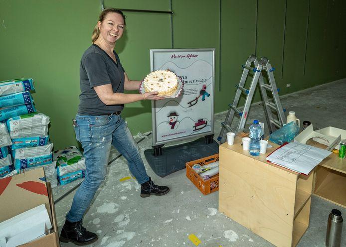 Filiaalmanager Sonja van der Wielen brengt de eerste taart al symbolisch naar het nu nog kale pand dat in recordtempo wordt verbouwd.