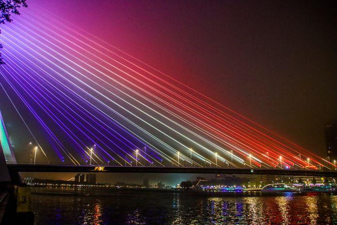 De Erasmusbrug, hier in het rood wit blauw.