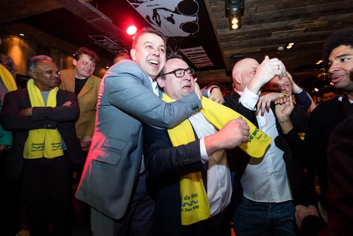 Rachid en Richard zijn dolblij op de verkiezingsavond vorig jaar. Groep De Mos werd toen de grootste fractie in de Haagse raad.