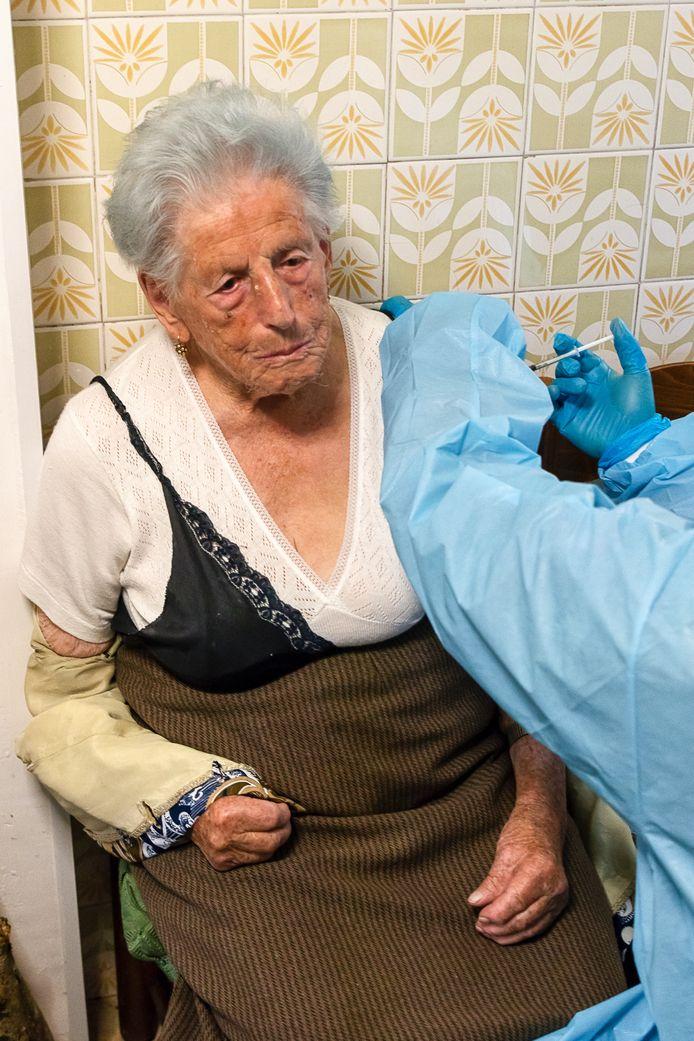 Een prik aan de keukentafel: de 100-jarige Francesca Mateucci kreeg 'm.
