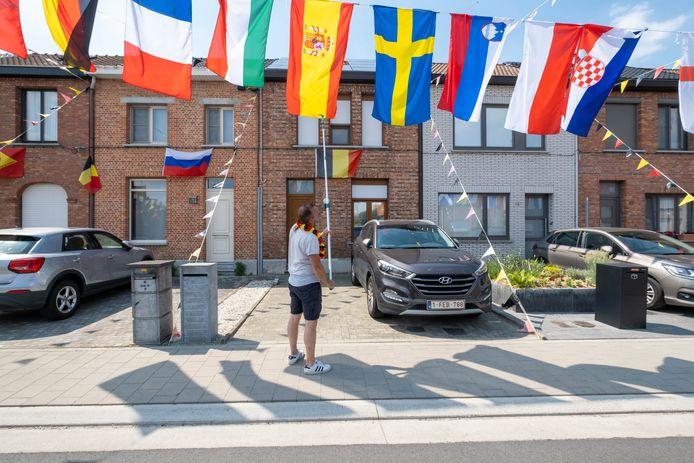 WILLEBROEK Gino Van Soest hangt zijn Acaciastraat vol vlaggen voor het EK.