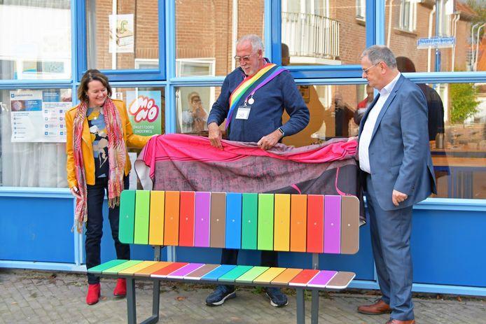 Wethouder Sonja Suij, Mister Senior Pride Lammert Veenhuizen en wethouder Jurgen Vervaet onthulden maandagochtend in  de binnenstad van Terneuzen het eerste regenboogbankje.