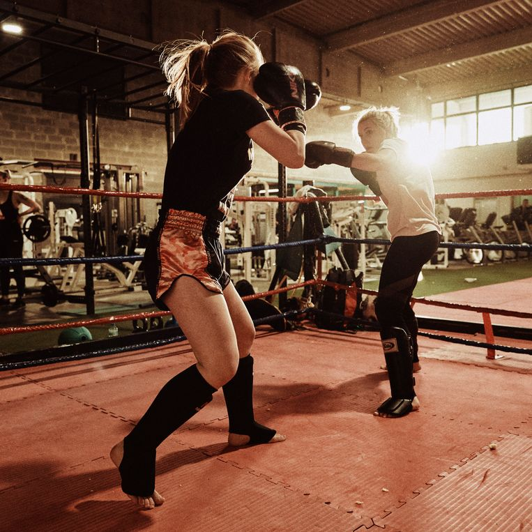 Lauren Speelman (l) met haar sparringpartner. 'Het kan me niet schelen dat ik door al dat trainen feestjes mis.' Beeld Joris Casaer