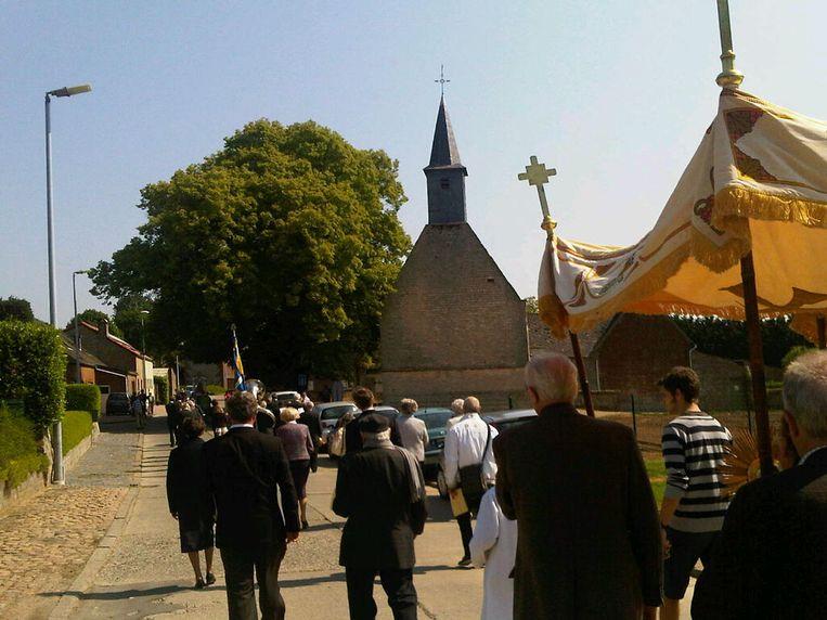 De Sint-Catharinakapel van Hauthem tijdens een processie