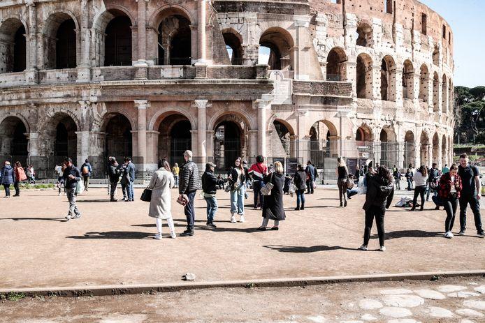 Weinig volk aan het Colosseum.