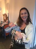 Bibian op kraamvisite in Bilthoven met Brent , de zoon van Menno Koelewijn, in haar armen.