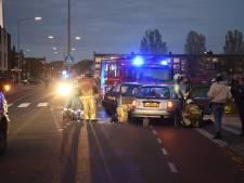 Brandweer moet gewonde 'los knippen', na botsing twee auto's in Almelo