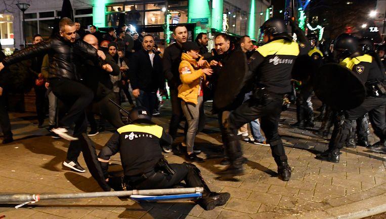12 maart 2017: Een Turkse demonstrant schopt een Nederlandse agent bij de rellen aan het Turkse consulaat in Rotterdam. De man wordt opgespoord. Beeld reuters