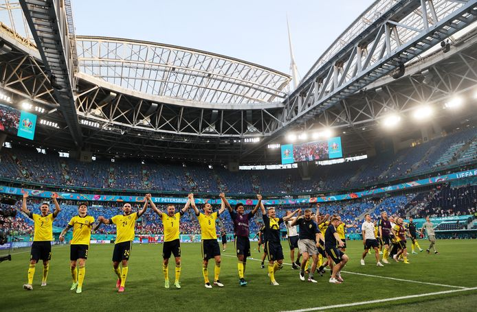 De Zweden vieren met de meegereisde fans in het Krestovskistadion.