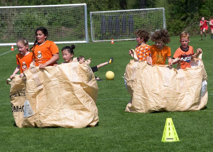 Kinderen moesten op de Koningsspelen in Winterswijk 'zaklopen' in grote bouwzakken.