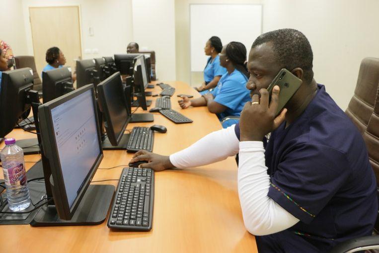 Medisch personeel in Ghana wordt klaargestoomd voor coronahulp op afstand. Beeld