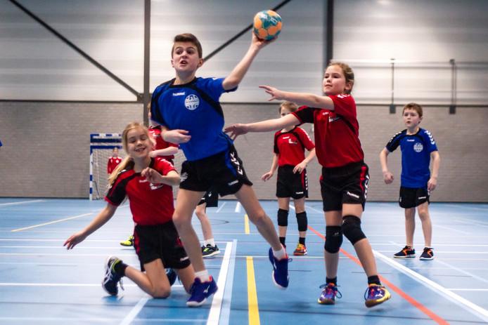 Jongens Wout Bandell (links) en Sam van Vilsteren spelen tegen de meiden Meike ten Brinke(links) en Senna Reimert(rechts)