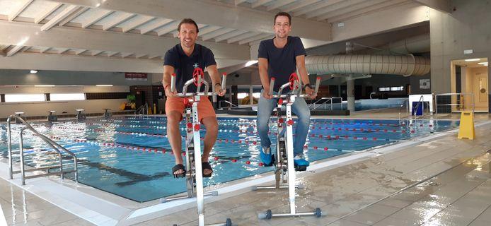 Sport- en recreatiebad De Kouter deed een investering in 11 aquabikes om wekelijks lessen te kunnen aanbieden. Coördinator Andrès Van de Weghe en sportschepen Klaas Verbeke doen een testritje.