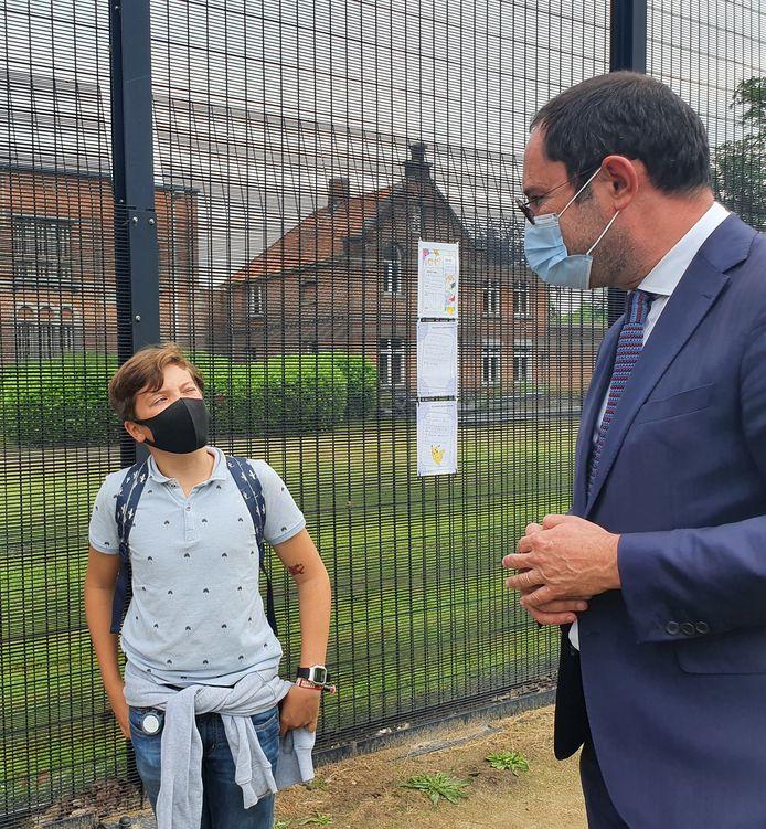 De twee vijfde leerjaren van de gemeentelijke basissschool Qworzo gingen in dialoog met de gedetineerden. Oscar werd bevraagd door minister van Justitie Vincent Van Quickenborne.
