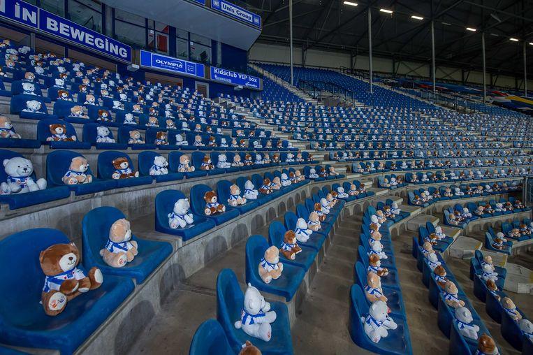 Geen supporters vanwege de aangescherpte corona-maatregelen, maar 15.000 knuffelberen op de tribunes eind oktober in het Abe Lenstra Stadion in Heerenveen, om geld op te halen voor stichting Kinderen Kankervrij (KiKa). Opbrengst: ruim drie ton.  Beeld ANP