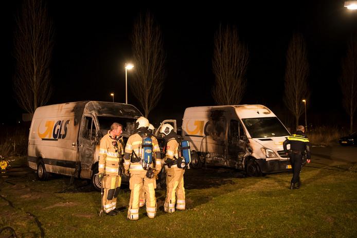Twee van de vijf busjes die door brand beschadigd werden.