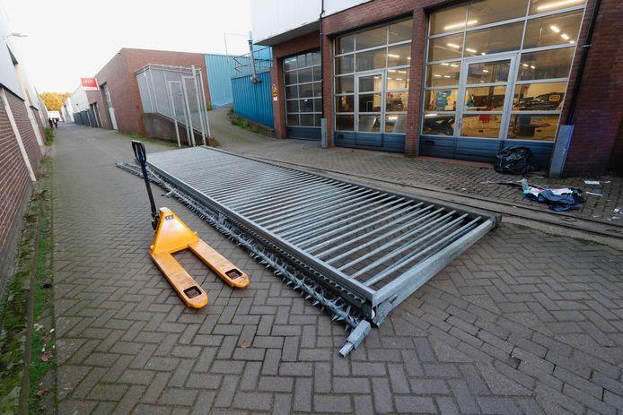 Het meterslange hek viel door een onbekende reden op de man