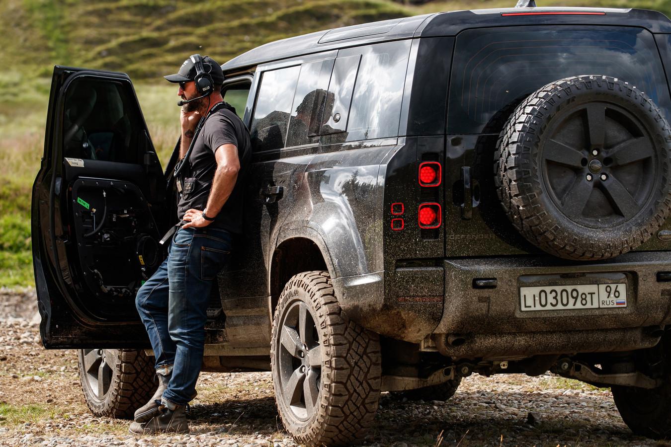 De Land Rover Defender op de set van de nieuwe James Bond-film