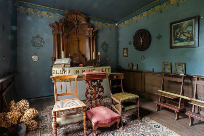 In veel van de oude huizen en kastelen was een privékamer voor het gebed. In Kasteel Zuidewijn (Sprang-Capelle) is deze nog helemaal in originele staat te zien.