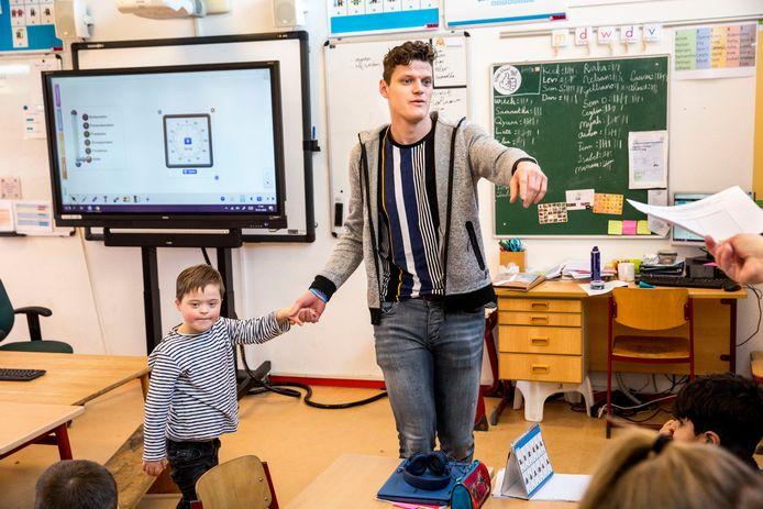 Hoewel passend onderwijs op veel scholen niet goed van de grond komt, bewijst basisschool De Kroevendonk in Roosendaal dat het wél kan. De 8-jarige Lars kan gewoon bij meester Carlos in de klas meedraaien.