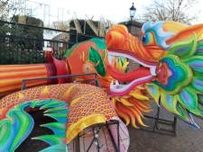Lichtkunstwerken in de montage voor China Light Festival in Dierenpark