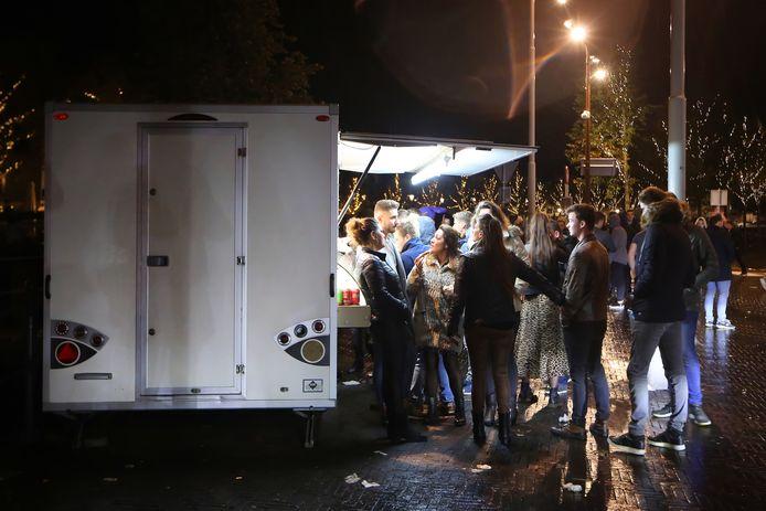Stappen op zaterdagvond in centrum Breda eindigt vaak met een vietnamese loempia van 'Tam' op de Nieuwe Prinsenkade.