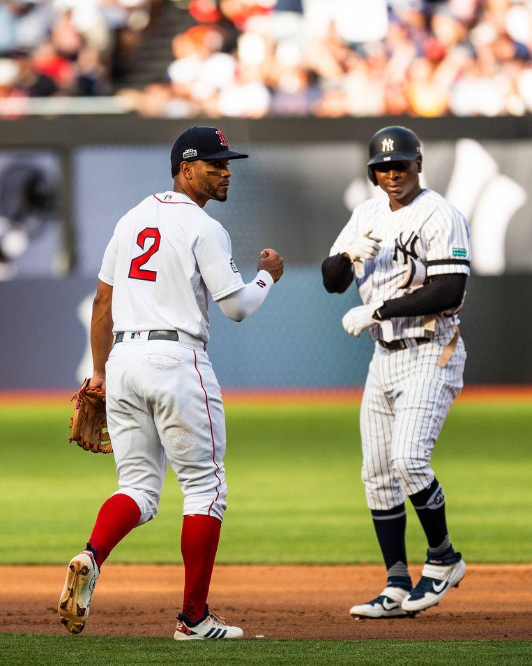 Didi Gregorius (rechts) van de New York Yankees en Xander Bogaerts van de Boston Red Sox,  tegenstanders in Londen. Beeld Getty Images