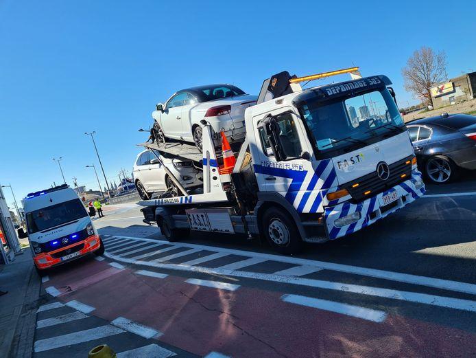 De wagens worden getakeld na het ongeval. Depannage SOS kwam ter plaatse.
