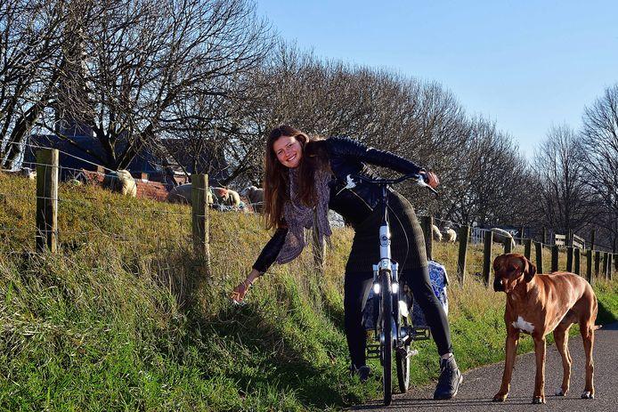 Tamara van Zetten pakt voor nagenoeg alles de fiets. En als ze met hond Sjefke op pas is, raapt ze onderweg vaak zwerfvuil op.