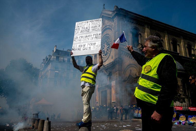 Gele hesjes protesteren in Parijs tegen het beleid van president Macron. Beeld Photo News