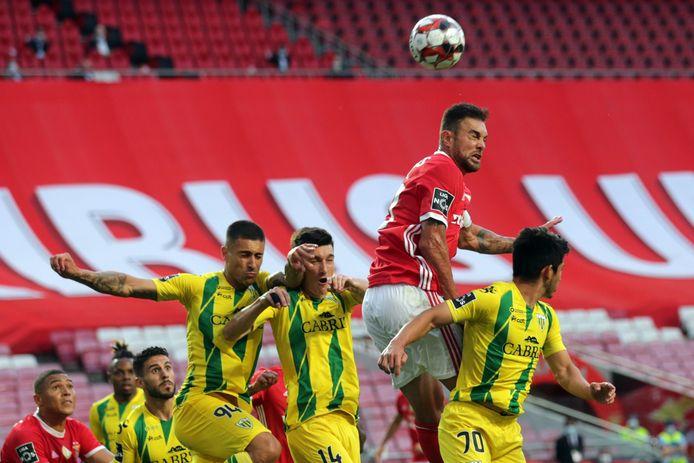Benfica-verdediger Jardel klimt het hoogste, maar komt niet tot scoren.