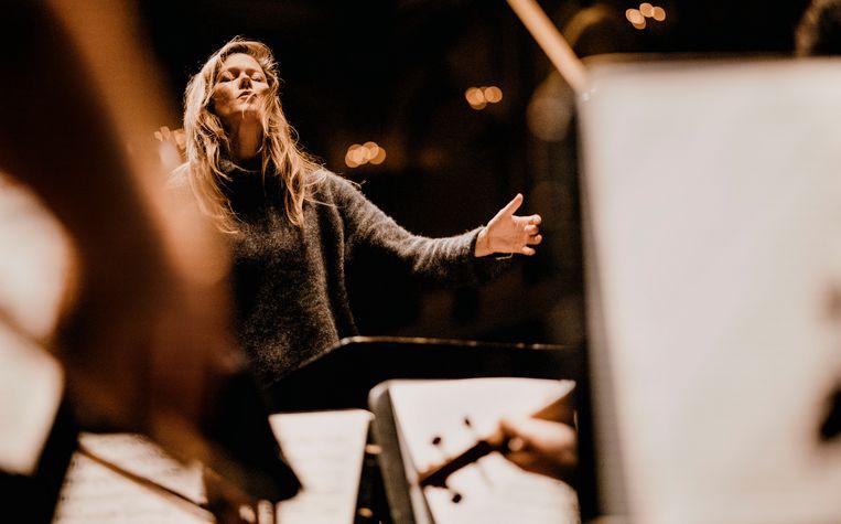 Zangeres en dirigent Barbara Hannigan. Beeld Marco Borggreve